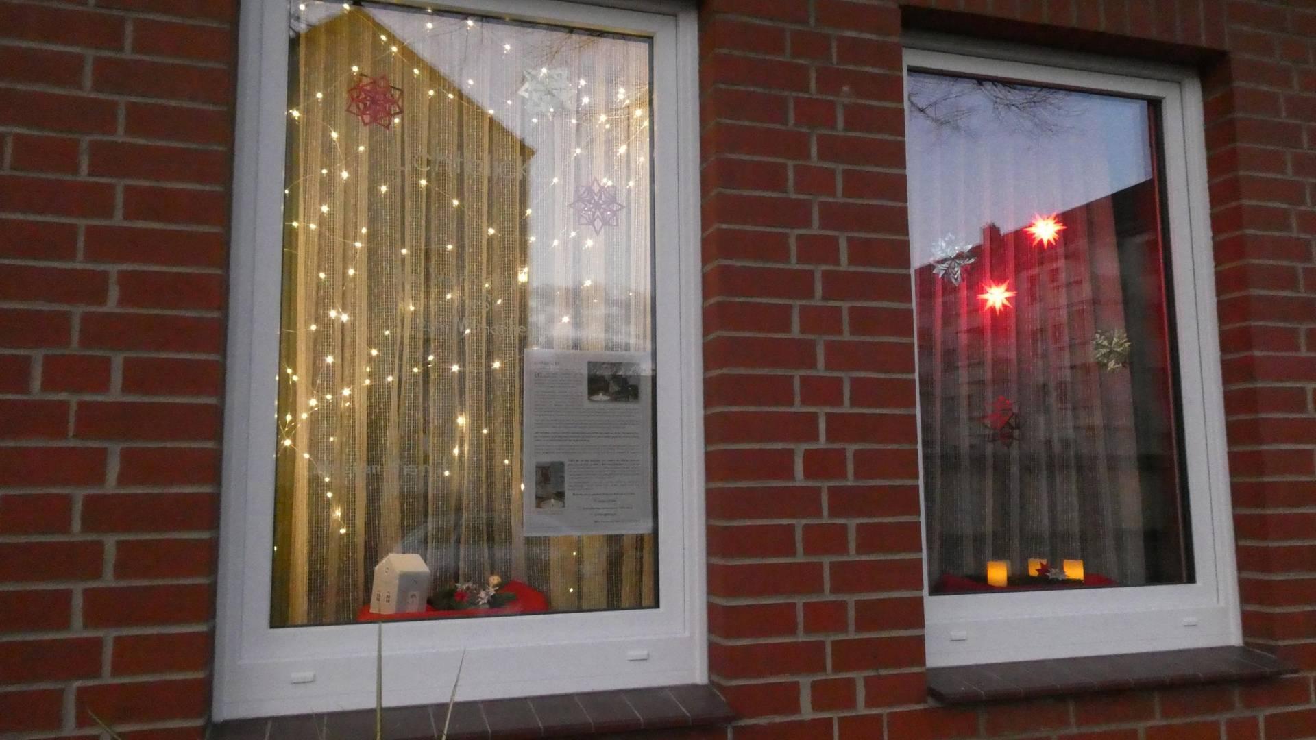 Beleuchtete Fenster der Begegnungsstätte © N. Francksen